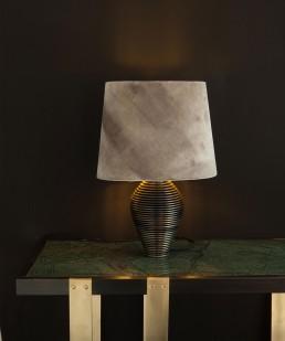 Leuchtkraft durch Lampenschirm auf Tisch