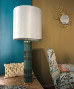 Lampenschirm vor farbigen Wänden