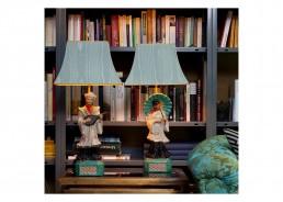 asiatische Lampenschirme vor Bücherregal